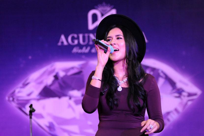 Penyanyi solo Raisa bernyanyi menghibur fansnya Your Raisa di Margo City, Depok, Jawa Barat, Minggu (4/5)